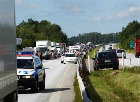 Den ulykkesutsatte strekningen av E6 på svensk side kommer ikke til å stå ferdig i nord-Bohuslän som planlagt i 2009. Klager og budsjettkutt for Vägverket fører til forsinkelser.