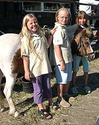Fra høyre: Caroline, Nora, og Irene. Foto: NRK.