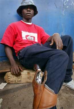 Ein typisk representant for soldatane som utkjempar borgarkrigen i Liberia. Denne ungguten kjempar på regjeringssida. (Foto: Ben Curtis, AP)