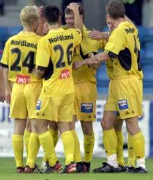 Bodø/Glimts Olav Råstad blir gratulert med sin scoring efter 40 minutter av første omgang (Foto: Ola A. Thorset / SCANPIX)