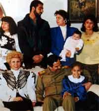 Bak til venstre på bildet: Ragad Hussein, Uday og Rana med sønnen Ali. Foran sitter Saddams første kone, Sajda Kher Ala og Saddam Hussein. Foto: Reuters