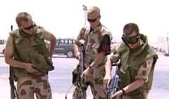 SKARPT OPPDRAG: De norske soldatene tømmer og kontrollerer våpnene på basen i Al Shaiba (Foto: NRK).