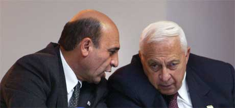 Fortrolig samtale mellom forsvarsminister Shaul Mufaz (til venstre) og Sharon i Tel Aviv i går. Da underrettet Sharon Bush om at arbeidet med muren fortsetter, og nå skal også en bosetting bygges ut (Foto Scanpix/Reuters)