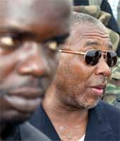 Charles Taylor (til høyre) med bodyguard (Scanpix/AFP)
