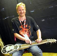 Jostein Forsberg spiller på det som skal være prototypen til den første elektriske slide-gitar. Foto: Jørn Gjersøe, nrk.no/musikk.