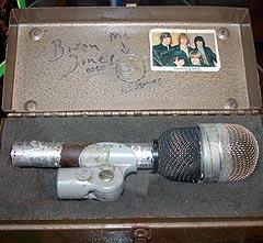 Denne mirkofonen skal ha tilhørt Brian Jones og ble brukt under Rolling Stones' konsert i Norge i 1965. Foto: Jørn Gjersøe, nrk.no/musikk.