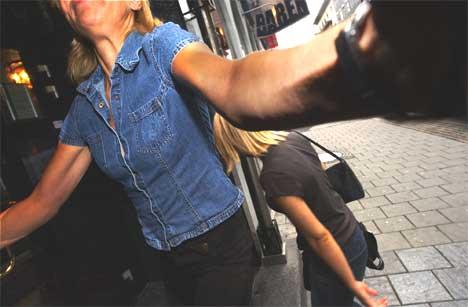 Fullt kaos da Lene-Marlin ankom plateselskapet Virgins lokaler i Oslo fredag morgen. En representant fra Virgin gjorde sitt ytterste for å skjerme den mediesky artisten fra fotografen. Foto: Ola A. Thorset / SCANPIX