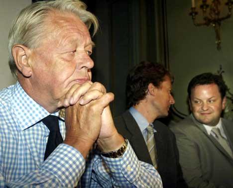 TV2-sjef Kåre Valebrokk (til v) vil gjerne levere nyheter til radiosjef Arne Krumsvik i Kanal 4(Til h.). I midten Kanal4s styreleder Per Axel Koch.