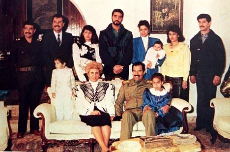 Familiefoto av Saddam Husseins familie fra 1990. Husseins eldste datter står bak til høyre i blå jakke og med barnet sitt på armen. Arkivfoto: AP/Scanpix.