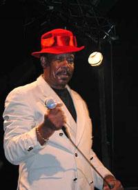 Eddie Floyd fikk lånt seg en hatt av en publikummer. Foto: Per Ole Hagen