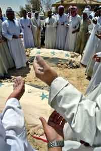 Saddams sønner, Uday og Qusay Hussein, ble gravlagt i en gravlund i tikrit i dag. Foto: Reuters, Faleh Kheiber