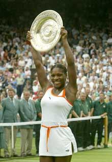 Serena Williams jubler etter seieren i Wimbledon i 2003. (Foto: AP/Scanpix)