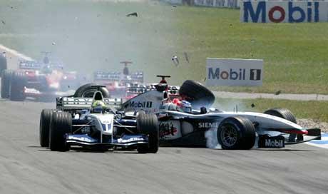Kimi Raikkonen kjører inn i Ralf Schumacher i første sving. (Foto: Reuters/Scanpix)