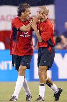 Juan Sebastian Veron, her sammen med Ruud van Nistelrooy, ble kåret til banens beste i treningskampen mot Juventus. (Foto: AFP/Scanpix)