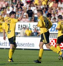 Arild Sundgot gratuleres av Espen Søgård for Lillestrøms mål nummer tre i kampen mot Molde. (Foto: Knut Falch / SCANPIX)