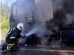 Førerhuset og trekkvogna ble totalskadet i brannen.