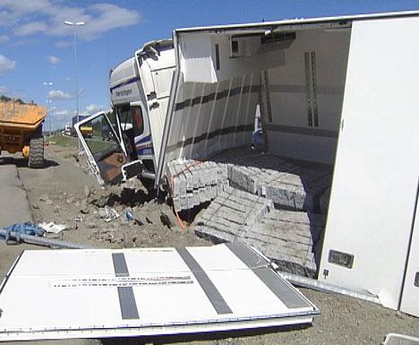 Lastebilen var lastet med flere titalls tonn granittstein. ( Foto: Nils Bjarne Foss, NRK )
