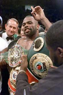 Roy Jones, Jr. med verdensmester-beltet etter seieren over Richard Hall. (Foto: AP/Scanpix)
