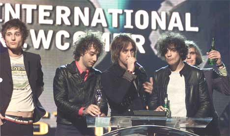 The Strokes henter prisen for beste nykommer under Brit Awards 2002. Foto: Kieran Doherty / AP.
