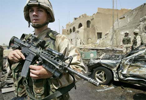 En amerikansk soldat vokter det som er igjen av den jordanske ambassaden i Bagdad. (Foto: Reuters/Scanpix)