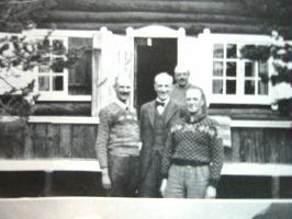 Både kong Haakon og kronprins Olav lot seg fotografere sammen utenfor hytta Trangen ved Målselv.