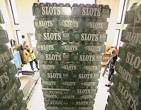 Det blir tatt stadig flere som prøver å smugle store mengder øl, vin og kjøttvarer over grensa til Norge. (Foto: NRK)