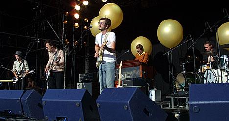 Thomas Dybdahl og The October Sound fikk god kontakt med et stort publikum. Foto: Arne Kristian Gansmo, NRK.no/musikk.
