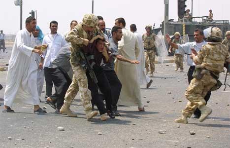Rasende irakere protesterte lørdag i byen Basra i Sør-Irak mot mangel på drivstoff og strøm. Britiske soldater måtte skyte i lufta for å holde folkemassen på avstand.