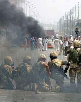 Det utspant seg dramatiske scener i Basra i dag. (AFP-foto)