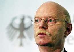 Tysklands forsvarsminister Peter Struck åpner for å sende tyske soldater til Irak. (AP-foto)