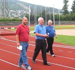 F.v. Torstein Busland fra Park og idrettsadministrasjonen i Drammen, Svein Arme Hansen, president i Norges Friidrettsforbund og Ole Petter Sandvig arrangementssjef i Norges friidrettsforbund.