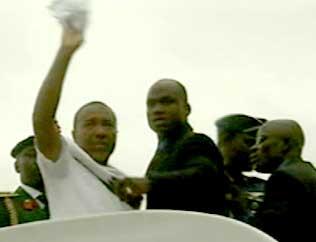 I EKSIL: Charles Taylor vinket med et hvitt tørkle fra flytrappen da han forlot Liberia i dag (Foto: EBU).