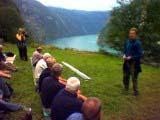 Dåverande miljøvernminister Børge Brende og UNESCO-delegasjonen på synfaring i Geiranger i 2003. Foto: NRK.