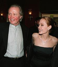 """Datter Angelina Jolie og far Jon Voight i lykkeligere tider. Bildet er tatt på premieren til """"The Bone Collector"""", hvor Jolie spilte mot Denzel Washington. Foto: Marion Curtis/AP"""