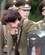 En slektning sørger ved Serafimovskoye- kirkegården i St.Petersburg i dag. (Foto:Alexander Demianchuk/ Reuters)