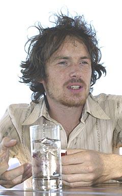 Damien Rice omtales som en ny irsk sangsensasjon. Han har sunget i band og skrevet siden han var tenåring. Hans første soloalbum