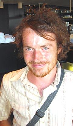 Damien Rise rett før han forsvinner inn i heisen etter et åpenhjertig intervju med NRK. Foto: Tom Øverlie.