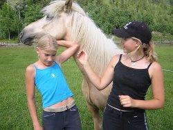 F.v. Kristina Madsen og Tina Kalmo Pedersen er to av jentene som bruker ridesenteret.