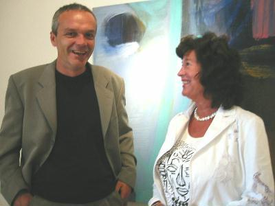 Årets festivalkunstner Craig Flannigan og styreleder Bitten Linge foran en av de mange akvarellene på festivalutstillingen. Foto: Gunnar Sandvik