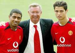Alex Ferguson viser frem sine siste innkjøp Kleberson (t.v.) og Cristiano Ronaldo (t.h.). (Foto: Reuters/Scanpix)