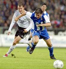 Rosenborgs Harald M. Brattbakk i kamp med Hector Berenguel. (Foto: Gorm Kallestad / SCANPIX)