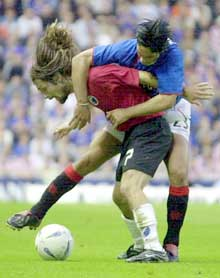 Erik Mykland blir tacklet av Rangers Mikel Arteta. (Foto: AP/Scanpix)