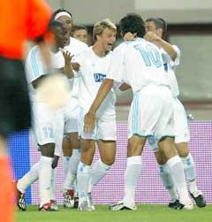 Marseille-spillerne jubler etter at Dmitrij Sytsjev (i midten) har gjort 1-0. (Foto: AP/Scanpix)