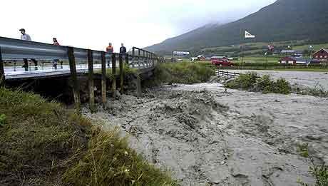 Vannmassene herjet med Oppdal våren 2003 Foto: NRK