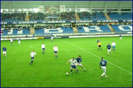 Søkk våt bane og høljende regnvær prega kampen. Foto: Gunnar Sandvik