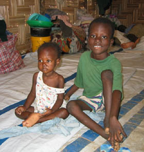Disse barna mistet faren sin for noen dager siden. Han ble truffet i hodet av et streifskudd.