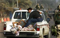 Irakere evakuerer sårede fra FN-hovedkvarteret i Bagdad. (Foto: R. Moghrabi, AFP)