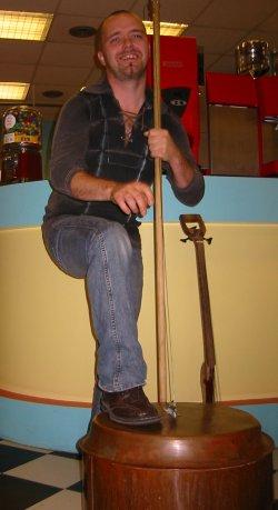 Frode Skinstad spiller på en gammel bryggerpanne. (Foto. Mari Hvamb)