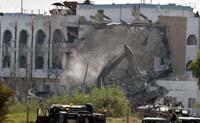 FNs hovedkvarter ble ødelagt av en bombe i går. Foto: Suhaib Salem, Reuters/Scanpix.