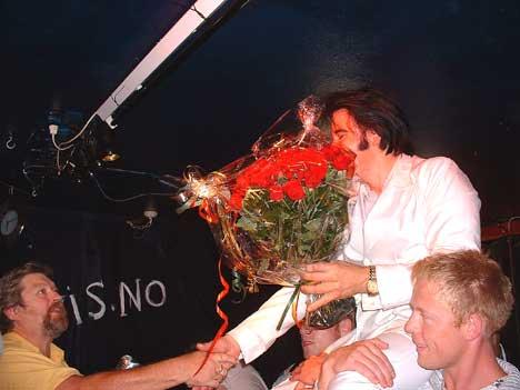 Gratulantene strømmet på da det hele var over. Foto: Gunnar Kleiberg, NRK Sørlandet.
